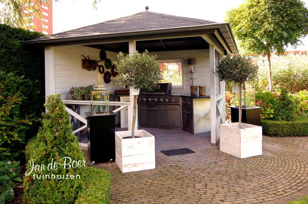 Jan de Boer Tuinhuizen ontwerpt en vervaardigt diverse modellen buitenkeukens op elke gewenste afmeting. Een mooie buitenkeuken om meer van het buitenleven te kunnen genieten. Een sfeervolle plek om heerlijk buiten te eten en lange avonden met vrienden door te brengen.